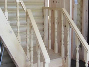 Деревянная межэтажная двухмаршевая лестница из сосны с точёными балясинами