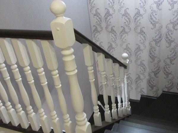 Металлическая, обшитая деревом двухмаршевая лестница на второй этаж под ключ