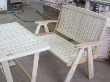 Деревянная дачная скамейка и стол. Садовая мебель
