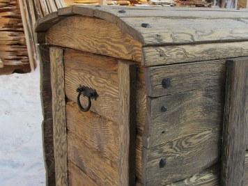 Деревянный сундук из брашированной доски
