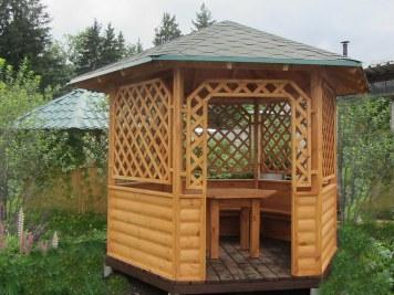 Деревянная шестиугольная садовая дачная беседка с решёткой из рейки