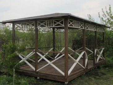 Открытая прямоугольная дачная садовая беседка из дерева