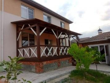 Деревянная крытая веранда с прозрачной крышей