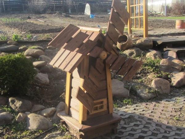 Декоративная ветряная мельница из дерева для сада или дачи