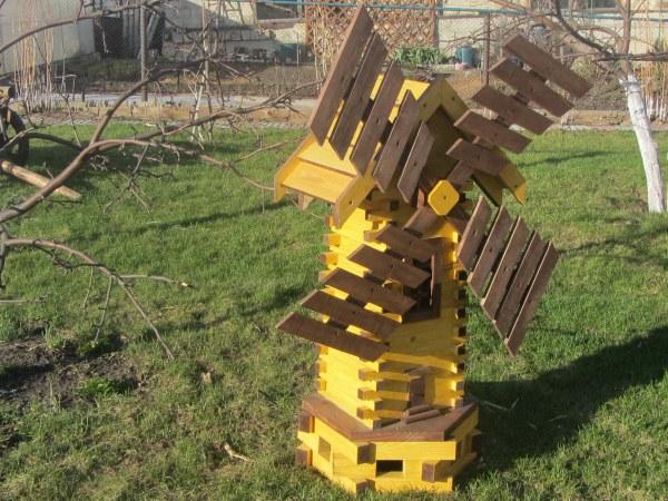 Ветряная мельница из дерева для садовой лужайки. Дачный и садовый декор