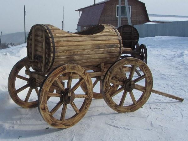 Деревянная телега-бочка. Садовый и дачный дизайн
