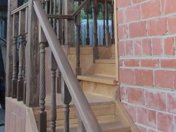 Короткая двухмаршевая деревянная лестница. Крыльцо загородного дома