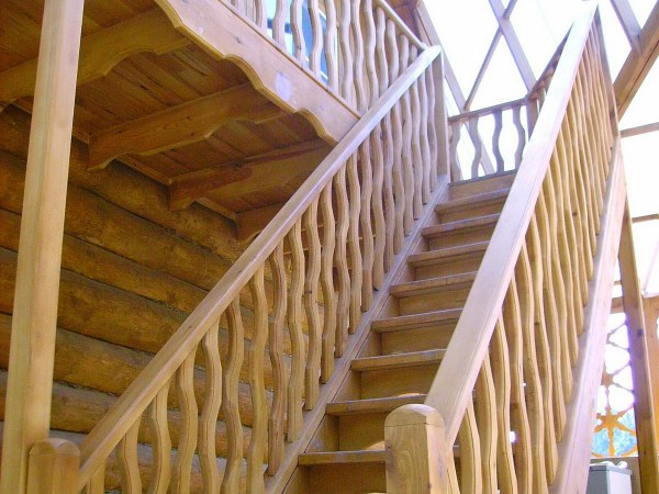 Одномаршевая деревянная лестница с площадкой на второй этаж